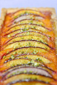 Nectarines, abricots, c'est la belle saison Envie d'une délicieuse tarte ? Là maintenant ? Alors celle-ci devrait certainement vous plaire… facile, préparée avec des nectarines d'un jaune éclatant, très parfumées et sucrées à souhait. Des lamelles délicatement...