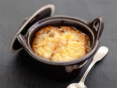 The real onion soup - recipes - cuisine - Meat Recipes Onion Soup Recipes, Oven Recipes, Meat Recipes, Meat Appetizers, Appetizer Recipes, Appetizer Ideas, Cracked Cookies, Recipes From Heaven, Meals For One
