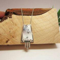 Ontwerp van Karen Klein edelsmid. Zilveren hanger in Ard Deco stijl, met een dendriet opaal.