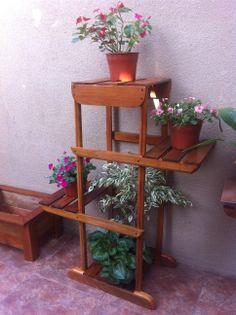 Porta maceteros con cuatro niveles. hecho en madera