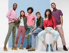 Gap taps a diverse cast for its spring-summer 2018 campaign. Photographed by Amy Troost, the American fashion brand goes back to basics with a focus on colored denim, knitwear and casual tees. Gap Ads, Group Photo Poses, Denim Studio, Logos Retro, The Fashionisto, Summer Campaign, Group Photography, Costume, Colored Denim