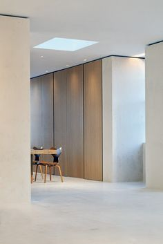 full height doors, flush panels integrated hardware You are in the right place about wooden closet doors Here we offer you the most beautiful pictures about the bypass closet doors you are looking for Home Interior, Interior Architecture, Interior And Exterior, Küchen Design, House Design, Storage Design, Design Moderne, Internal Doors, Closet Doors