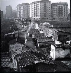 Storie di Milano: Le baraccopoli di viale Argonne e via Marescalchi nel 1945/46 Old Images, Geo, Monochrome, Milan, New York Skyline, Past, Times Square, History, Architecture