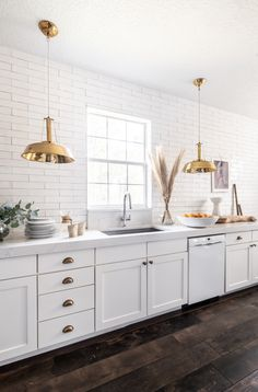 See how interior designer Holli Rodrigues's tackled her kitchen reno by removing her upper cabinets and installing a textured subway tiled for an Old-World, Euro-chic vibe. Kitchens Without Upper Cabinets, Kitchen Cabinets, Two Tone Cabinets, New Kitchen, Kitchen Dining, Kitchen Ideas, Beige Kitchen, Island Kitchen, Awesome Kitchen
