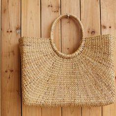 ちょっとしたお出かけににぴったりの大きめバッグです。アタという植物をハンドメイドで丁寧に手編みで編みこんでいます。サンドウィッチを入れてピクニックに行きたくなるようなボックスタイプのバッグです。大きめのコスメボックスとしても活躍しそうですね。サイズ:30cm×22cm×15cm(取手まで高さ25cm)仕切りがご不要な方はご購入時に備考欄にてお知らせいただければ、取り外して別添えでお送りいたします。※テグスで縫い付けてあるものを切ってしまいますので、再取り付けは縫い直す必要がございます。 再取り付けは承っておりません。他の商品と同時購入でも送料は700円です。 ぜひ、ギャラリーをご覧ください。制作:DITA『春のおでかけハンドメイド2017』