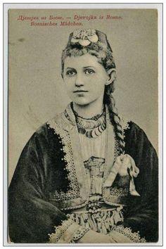 Bosnian girl, postcard from Austrian period Traditional Fashion, Traditional Outfits, Sarajevo Bosnia, Serbian, Bosnia And Herzegovina, Muslim Women, Vintage Photographs, Folklore, Old Photos