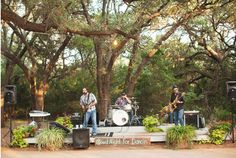 outdoor-wedding-with-band