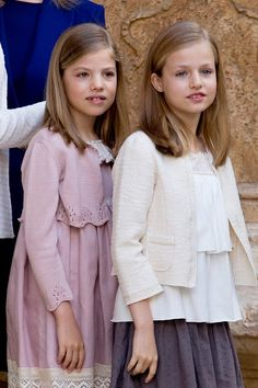 Spanish King's daughters Infanta Sofia (L) and Princess Leonor pose before attending the traditional Mass of Resurrection in Palma de Mallorca on 05.04.2015.
