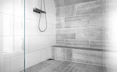 Bricmate J33 Limestone till golv duschvägg badrum samt 300x600 vita plattor från proffskakel till övriga väggar