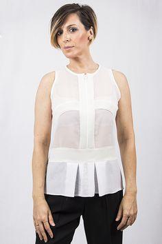 Original blusa de gasa transparente combinada con gasa mate, color blanco, blusa muy trabajada pero el resultado es espectacular, una creación de Ferrer Manel para la temporada otoño-invierno 2016-2017