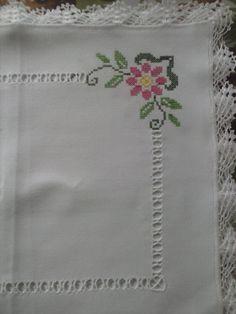 Pano de Bandeja em Ponto Cruz! No linho com acabamento lateral de Crochê. 40 cm X 40 cm