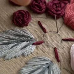Hand Embroidery Patterns Flowers, Basic Embroidery Stitches, Hand Embroidery Videos, Embroidery Stitches Tutorial, Embroidery Flowers Pattern, Embroidery Hoop Art, Hand Embroidery Designs, Machine Embroidery, Brazilian Embroidery Stitches
