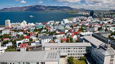 Kuumat lähteet, toiminnassa olevat tulivuoret, geysirit ja lumihuippuiset vuoret luovat Euroopan pohjoisimmalle pääkaupungille Reykjavikille sen omaleimaiset piirteet. Saarella sijaitsevan Reykjavikin vulkaaninen maaperä on eurooppalaisittain ainutlaatuinen. Kaupungin nimi tarkoittaakin osuvasti savujen lahtea. Jäätiköiden vastapainoksi alueelta lötyy kuitenkin myös vehreitä laaksoja: tämä vastakohtaisuuksien kaupunki säilyy muistoissa eliniän. #Reykjavik #Islanti #Iceland