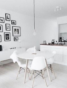 If you want to add a special touch to your Scandinavian dining room lighting design, you have to read this article that is filled with unique tips. Table Design, Dining Room Design, Dining Rooms, Minimalist Apartment, Dining Room Inspiration, Interior Inspiration, Small Dining, Interiores Design, Living Room Decor