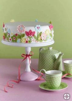 Cake decorating isn't quite as hard as it looks. Listed below are a couple of straightforward suggestions and tips to get your cake decorating job a win Fancy Cakes, Cute Cakes, Pretty Cakes, Gorgeous Cakes, Amazing Cakes, Fondant Cakes, Cupcake Cakes, Mothers Day Cake, Garden Cakes