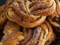 Schwedische Kanelknuter mit Schokotropfen ist ein Rezept mit frischen Zutaten aus der Kategorie Gebäck. Probieren Sie dieses und weitere Rezepte von EAT SMARTER!