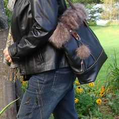 Silver Fox Fur and black leather tote recycled by Trouloulou Black Leather Tote, Black Suede, Brown Leather, Fox Fur, Vintage Looks, Repurposed, Purses And Bags, Silver, Projects
