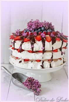 Discover recipes, home ideas, style inspiration and other ideas to try. Lemon Curd Pavlova, Raspberry Pavlova, Meringue Pavlova, Meringue Cake, French Desserts, Sweet Desserts, Sweet Recipes, Pavlova Toppings, Chocolate Pavlova