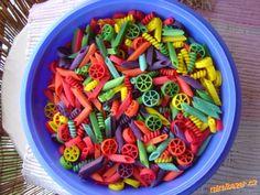 Nakoupit několik sáčků těstovin- různé tvary, které se dají navlékat (roury, trubky, kola, vrtulky a...