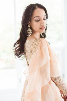 Luxurious rose gold heavy threadwork blouse and lengha set with organza frill stole. Perfect for a brides sister. Lehenga Dupatta, Gold Lehenga, Lehnga Dress, Bridal Lehenga, Anarkali, Eid Outfits, Indian Outfits, Party Wear Dresses, Formal Dresses