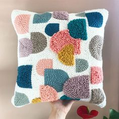 Un coussin graphique en punch needle {DIY} – Purple Jumble – Rug making Hand Embroidery Designs, Diy Embroidery, Embroidery Patterns, Diy Pillows, Cushions, Throw Pillows, Needle Cushion, Diy Broderie, Punch Needle Patterns