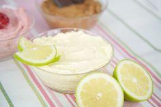 Die französische Buttercreme ist eine variationsreiche Buttercreme, die auch für Fondanttorten sehr gut geeignet ist. Sie ist als Fruchtbuttercreme, Schokoladenbuttercreme oder auch Nussbuttercreme abwandelbar. Zubereitung: 35-50 Min. Die Menge reicht zum Füllen einer 26 cm Torte oder zum Füllen & Bestreichen einer 20-22 cm Torte. Zutaten: Französische Buttercreme: 3 Eier (165 g) 1 Prise Salz …