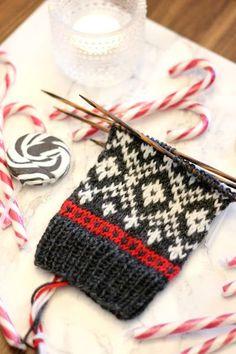 Neulotaan yhdessä Adventtisukat - ensimmäinen osa!   Sweet things   Bloglovin' Knit Mittens, Knitting Socks, Hand Knitting, Knitting Designs, Knitting Projects, Knitting Charts, Knitting Patterns, Punto Fair Isle, Knitted Socks Free Pattern