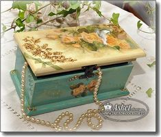 Photo Decoupage Wood, Decoupage Vintage, Painted Boxes, Wooden Boxes, Cajas Shabby Chic, Decor Crafts, Diy And Crafts, Creative Box, Altered Boxes