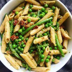Vi har altid så mega optur over den her pastasalat, fordi vi altid glemmer hvor god den egentlig er! Det er absolut en af vores yndlingspastasalater, da den fungerer godt til stort set alle former for kød - det synes vi i hvert fald ;). Den er også god at servere til større fester eller på