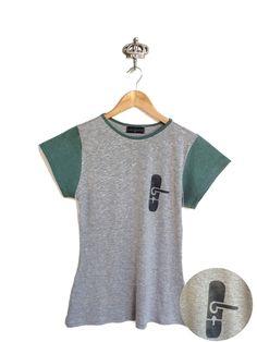 """T-shirt """"Maçaneta"""" unissex manga curta contrastante de malha, pintada à mão com técnica de stencil."""
