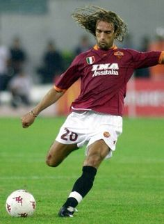 Former Argentina striker Gabriel Batistuta pleaded with a doctor to amputate his legs after suffering from the excruciating pain of bone rubbing on bone when he retired from the game in Best Football Players, Football Jerseys, Soccer Players, Football Soccer, As Roma, Soccer Stars, Sports Stars, Argentina Players, Sports Personality