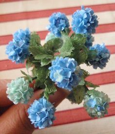 miniature hydrangeas using only paper and florist's tape and a normal office punch Dollhouse Miniature Tutorials, Miniature Dolls, Dollhouse Miniatures, Haunted Dollhouse, Miniature Plants, Miniature Fairy Gardens, Clay Flowers, Paper Flowers, Dollhouse Landscaping