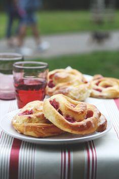 Kynuté šneky Lucie Knyové jsme si zamilovali na první ochutnání. Přiznáme se, že jsme si každá koupila jeden. A jeden na doma. A jeden pro rodinu, no raději dva... Czech Recipes, Ethnic Recipes, Onion Rings, Apple Pie, Food Inspiration, Sweet Recipes, Waffles, Eat, Breakfast