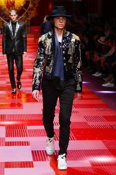 Discover videos and pictures of dolce & gabbana summer 2018 Preppy Mens Fashion, Men Fashion Show, Man Fashion, Fashion Trends, Dolce And Gabbana Man, Style Guides, Cool Outfits, Menswear, Clothes