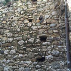 Es muy antiguo y por eso unas piedras han desaparecido