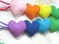 フェルトで虹色のheart形のカーテンタッセルを作ってみました☆カーテンタッセルだけでなく、他の利用も出来ると思います♪インテリアの飾りにもいかがでしょうか?...|ハンドメイド、手作り、手仕事品の通販・販売・購入ならCreema。