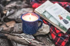 DIY Camp Mug Candle Hi all! Emily + Erick of Hello Home Shoppe here--we're so excited to share another DIY on Poppytalk! This time of year,. Fall Candles, Diy Candles, Candle Jars, Candle Holders, Homemade Candles, Decorating Candles, Diy Decorating, Scented Candles, Clever Diy