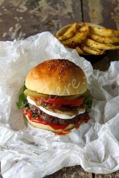 Sünger gibi ve çok lezzetli bir hamburger ekmeği yapabilirsiniz, nasıl mı ? İşte Yumuşacık Hamburger Ekmeği tarifi....