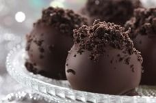 Come as close as possible to perfection with our OREO-Raspberry Cookie Balls recipe. Our OREO-Raspberry Cookie Balls are dipped and drizzled in chocolate. Oreo Cookie Balls Recipe, Oreo Cookies, Recipe Balls, Oreo Cake Balls, Oreo Cookie Cake, Oreo Truffles Recipe, Sandwich Cookies, Köstliche Desserts, Dessert Recipes