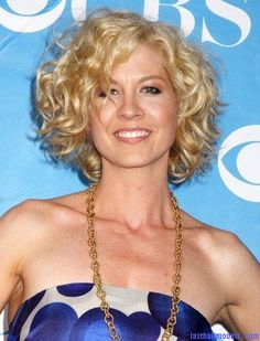 Jenna Elfman's short frilly curly hairdo: Messy frilly laced hair!!
