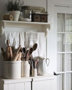 Shabby Chic Decor styling to look over now, must see post number 9771303328 Country Farmhouse Decor, Farmhouse Kitchen Decor, Farmhouse Chic, Country Kitchen, Kitchen Small, Vintage Farmhouse, Kitchen Ideas, Cozinha Shabby Chic, Deco Retro