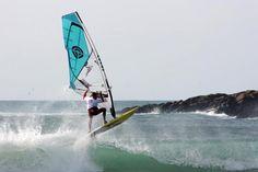 Les riders ont profité du peu de vent pour prendre les vagues. Boat, Vehicles, World Championship, Brittany, Ocean Waves, Dinghy, Boats, Car, Vehicle