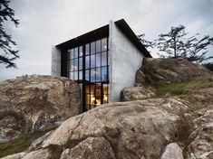 La casa está construida en un enclave realmente bello, la costa de la isla de San Juan del estado de Wahington, en el extremo noroeste de los Estados Unidos, muy cerca de Vancouver. El clima poco benigno de la zona hace que protegerse junto a las rocas sea una buena decisión, pues estas conservarán bien …