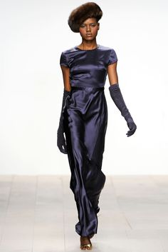 Issa Herfst/Winter - Shows - Fashion Funky Fashion, Vogue Fashion, Modern Fashion, World Of Fashion, Fashion Show, Fashion Design, London Night Out, Navy Blue Gown, Catwalks