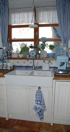 Kuchyňka v jarním . . . | Mimibazar.cz Rideaux Shabby Chic, Romantic Kitchen, Kitchen Room Design, Updated Kitchen, Country Kitchen, My Dream Home, Farmhouse Decor, Sweet Home, Room Decor