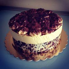 Crema al mascarpone, cioccolata, pasta sigaretta.... un tripudio di bontà per un'occasione speciale. La torta dell'addio, prima della partenza, per rispettare una promessa fatta tanto tempo fa.....per tirarci sù.....