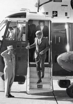 1962. 18 Septembre. By Paul J. MAGUIRE. President John F. Kennedy and his wife, Jacqueline Kennedy, descend from a helicopter at Logan International Airport in Boston, heading to the Joy Street police station to vote for brother Edward M. Kennedy in the primary election of the Democratic Senate race