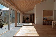 庭屋一如の通り土間の家「金衛町の家」   オーガニックスタジオ新潟 Japanese Modern House, Shimla, Design Projects, Entrance, House Design, Windows, Living Room, Interior, Furniture