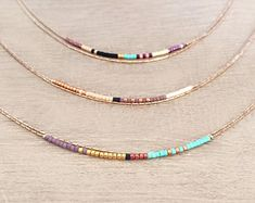 Minimalista oro delicada collar con pequeñas gotas / por Kurafuchi