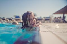 Foto de stock : Girl laughing in the swimming pool